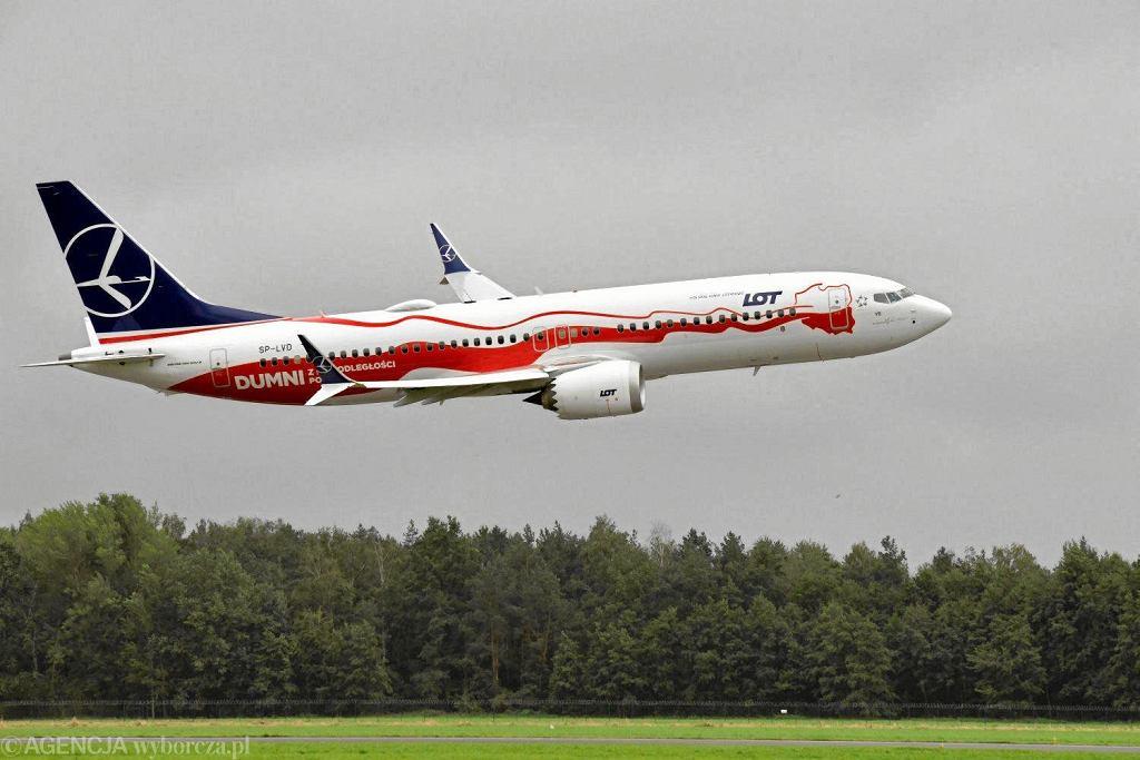 Boeing 737 MAX 8 LOT-u w biało-czerwonym malowaniu