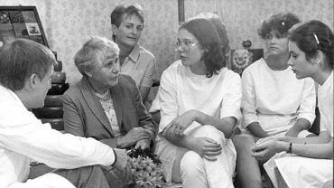 Ingeborg Syllm-Rapoport (na zdjęciu z 1985 roku po lewej, w żakiecie) w wieku 102 lat obroniła doktorat z neonatologii - gdy kończyła studia, naziści nie pozwolili jej na to przez wzgląd na jej pochodzenie