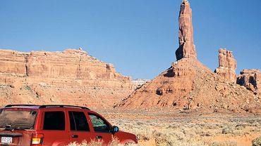 Przynajmniej z parkowaniem na pustyni nie ma problemu