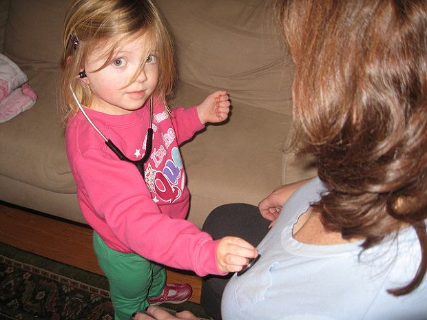 Dziecko bawi się w lekarza