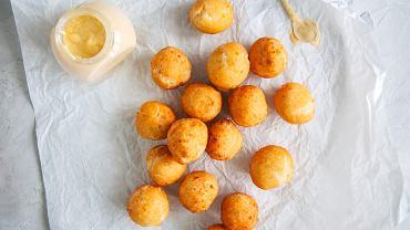 Pączki z serem najlepiej przygotować albo w formie małych kuleczek, albo jako oponki