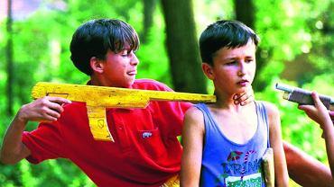 Bośnia, Tuzla, 1995. Dzieci bawią się w wojnę.