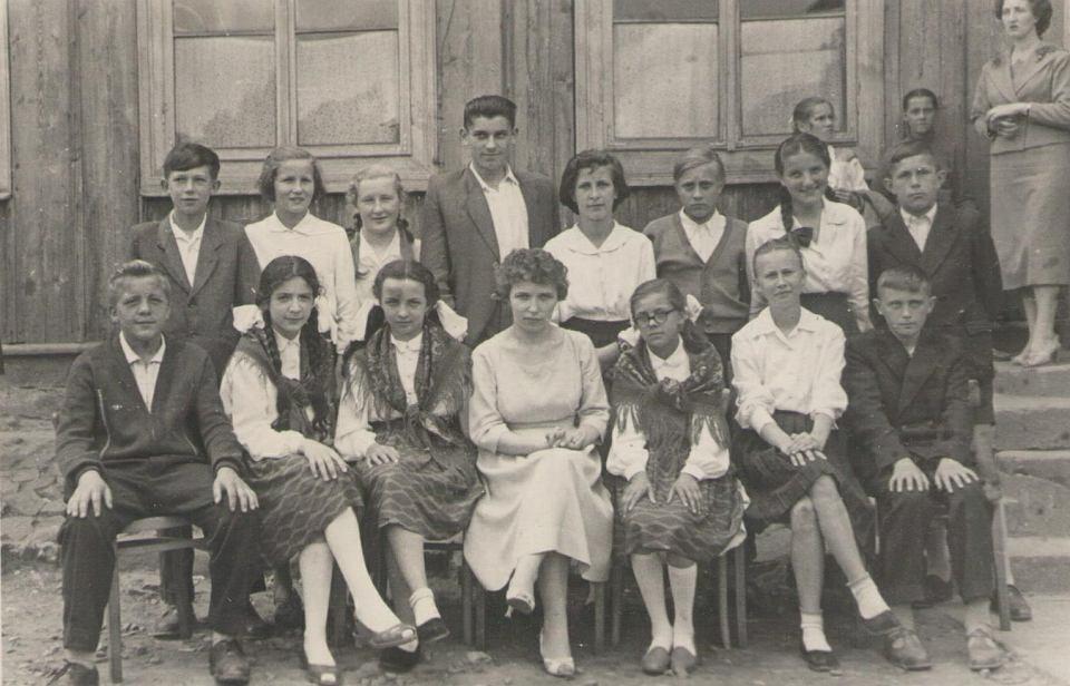 Autorka opowieści siedzi w pierwszym rzędzie, druga od lewej, wśród uczniów ostatniej klasy szkoły podstawowej.