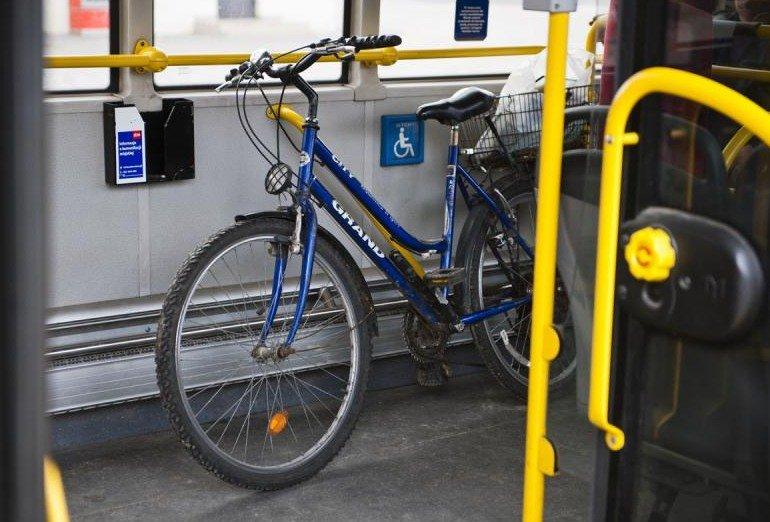 Rower w warszawskim autobusie komunikacji miejskiej