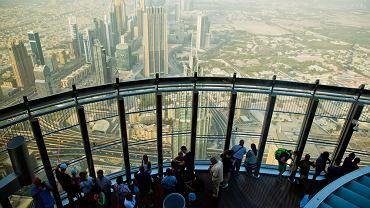 Turyści na tarasie widokowym w Dubaju