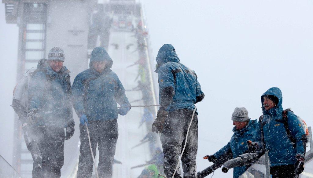 Wolontariusze regularnie pracowali nad tym, by tory były czyste i godowe do skoków, co utrudniał ciągle padający śnieg. Ich praca okazała się jednak daremna.