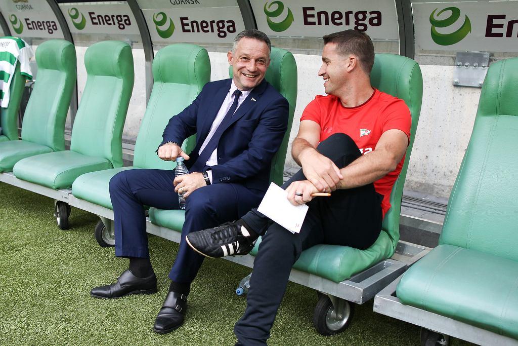 Dyrektor sportowy Lechii Piotr Nowak (z lewej) oraz pierwszy trener zespołu Adam Owen