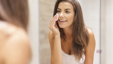 W przypadku trądziku kwas salicylowy przenika bezpośrednio do mieszków włosowych i tam rozprawia się z bakteriami, które odpowiadają za pojawianie się nieestetycznych zmian na skórze twarzy