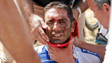 William Bonnet poważnie ucierpiał w kraksie na trzecim etapie Tour de France. Takiej kraksy w kolarstwie dawno nie było. Ok. 60 km przed metą trzeciego etapu Tour de France zderzyło się kilkunastu kolarzy, w tym lider wyścigu Fabian Cancellara. Sędziowie wstrzymali wyścig na kilkanaście minut.