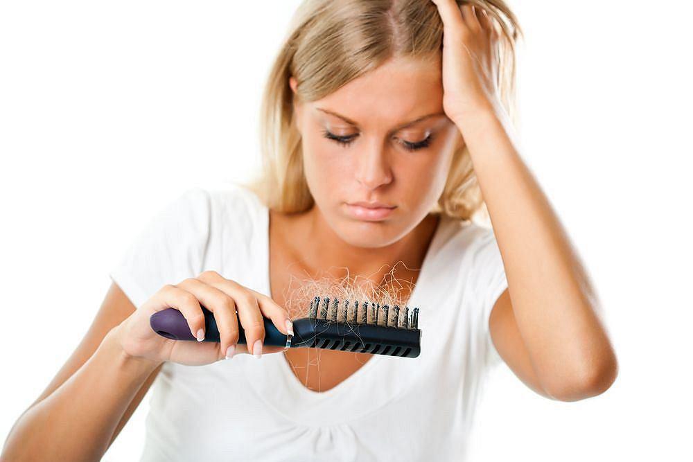 Nadmierne wypadanie włosów spowodowane osłabieniem organizmu? Pielęgnacja może nie wystarczyć
