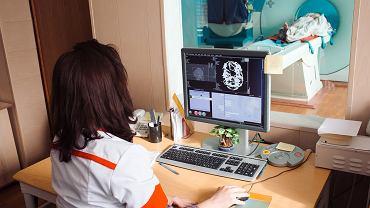 Lekarz przeprowadza badanie rezonansem magnetycznym
