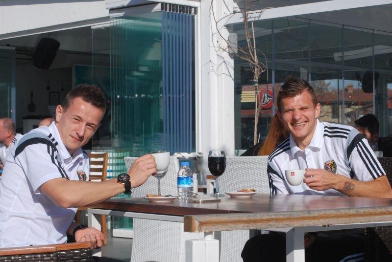 Robert Pich i Milos Lacny ( z prawej). Lacny na razie głównie siedzi - na ławce rezerwowych, albo przy stole