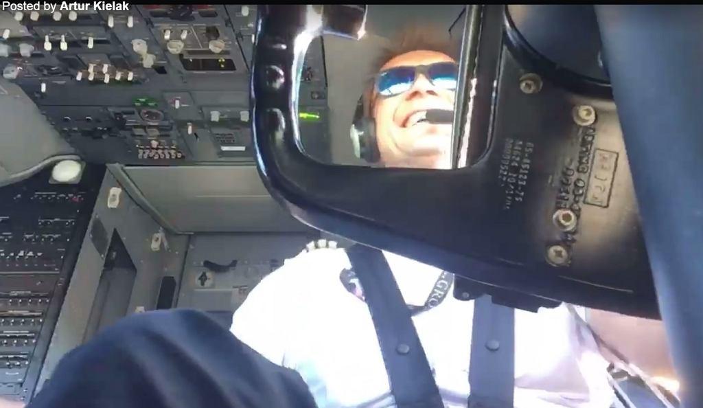 Pilot pokazuje lądowanie przy silnym wietrze