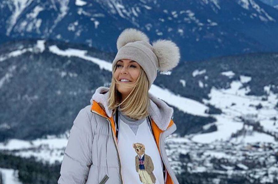 Ciężarna Małgorzata Rozenek-Majdan na stoku w młodzieżowej stylizacji. Jej ubrania kosztują fortunę