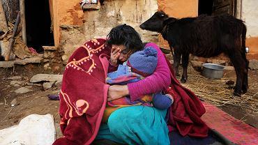Nie wolno jej z nikim się kontaktować, nikomu patrzeć w oczy, z nikim się witać, nikogo dotykać. Gita z nepalskiej wioski Sipkhana pięć dni menstruacji spędza w bambusowym koszu przed domem. Tak nakazuje prawnie zakazana, ale ciągle powszechna hinduistyczna tradycja chhaupadi