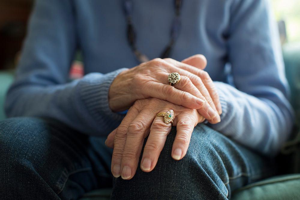 Jednym z charakterystycznych objawów Parkinsona jest drżenie rąk
