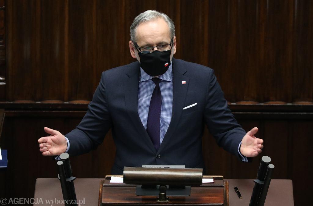 Minister zdrowia w rządzie PiS Adam Niedzielski na sejmowej mównicy. Warszawa, 21 stycznia 2021