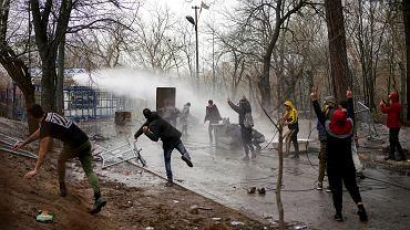 Starcia migrantów z grecką policją w przygranicznym Kastanies, 8 marca 2020.