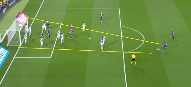 Strzał Messiego z rzutu wolnego. Wszyscy gracze Sociedad zasłaniają światło bramki.