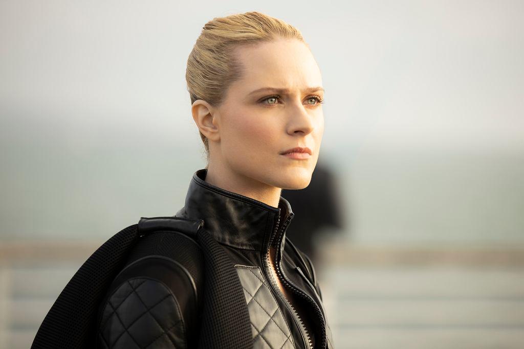 'Westworld', sezon 3. Delores (Evan Rachel Wood). Przywódczyni buntu maszyn w 3. serii jest wystylizowana na Nikitę z filmu Luca Bessona. Wie, jak monetyzować swój seksapil i nawet ubranie potrafi zamienić w broń.