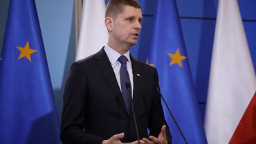 Minister edukacji Dariusz Piontkowski podczas konferencji prasowej . Rząd zamyka szkoły w związku z epidemią koronawirusa.