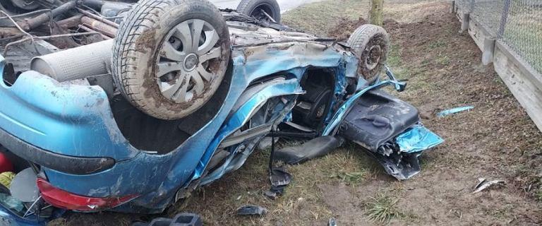 28-latka bez prawa jazdy wjechała w drzewo. Z auta wypadł jej 4-letni syn