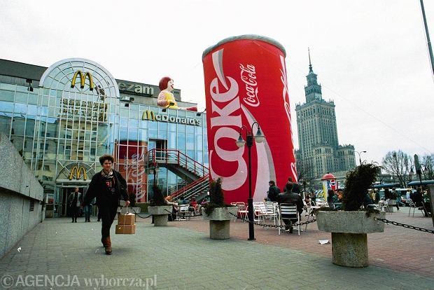 1993 r. Warszawa, McDonald's przy rogu ulic Marszałkowskiej i Świętokrzyskiej. Jest to pierwszy bar tej sieci w Polsce. Otwarto go 17 czerwca 1992 r. a zbudowano za milion dolarów. Warto było, bo już w dniu otwarcia ustanowiono rekord świata w liczbie transakcji, dokonano 13,3 tys. zamówień. Niestety, sześć miesięcy później w Katowicach został pobity, jednego dnia zamówiono jedzenie 13,6 tys.