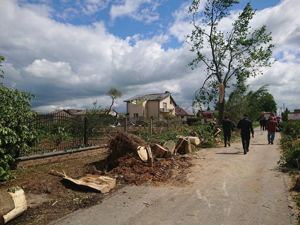 Trąba powietrzna przeszła przez gminę Wojciechów. Pozrywała dachy w domach i budynkach gospodarczych. Na miejscu pracuje 37 zastępów straży pożarnej.