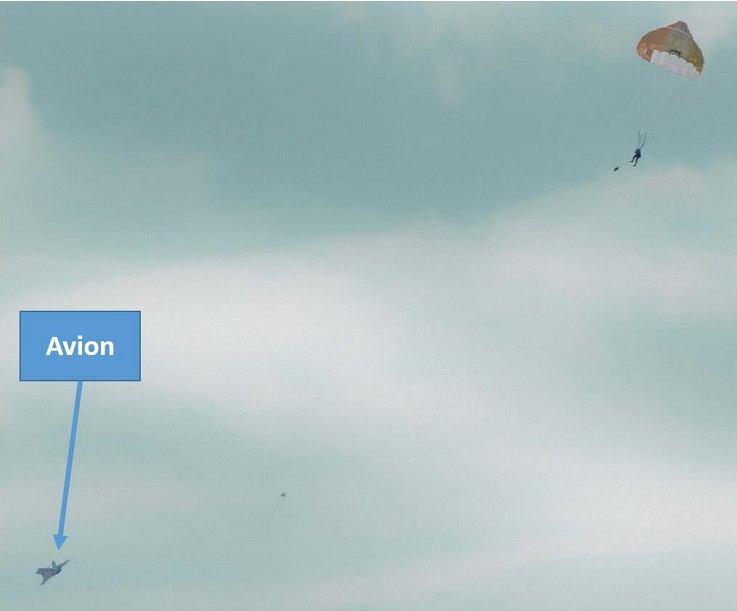 Zdjęcie z raportu pokazujące 64-latka pod spadochronem i odlatujący myśliwiec