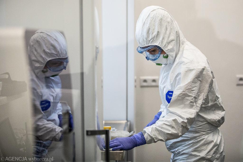 Pandemia koronawirusa. Laboratorium Uniwersytetu Medycznego wykonuje testy na obecność zakażenia COVID-19, Lublin, 17 czerwca 2020