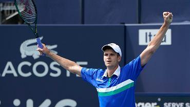 1.04.2021, Hubert Hurkacz podczas zwycięskiego ćwierćfinału ze Stefanosem Tsitsipasem w turnieju ATP Miami Open