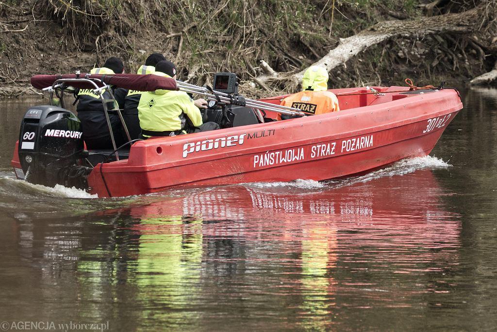 9 kwietnia 2021 r. Strażacy przeszukują pod Poznaniem dno Warty za pomocą sonaru
