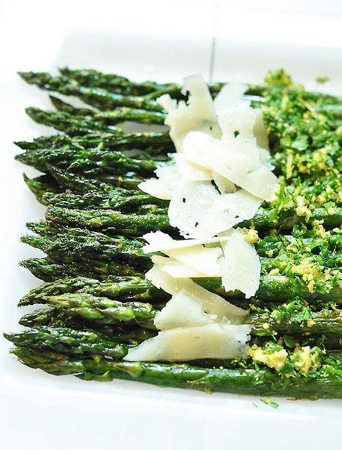 Szparagi z gremolatą i serem pecorino