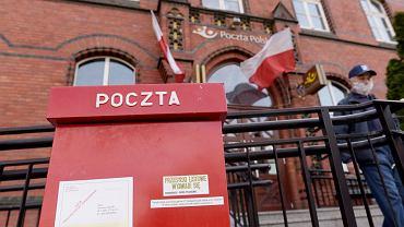 Poczta Polska wprowadza zmiany. Od 1 maja nalepka R zamiast znaczka
