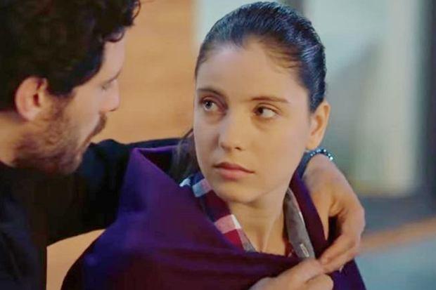 """Hande Comertler odgrywa rolę Sabah w """"Więźniu miłości"""". Aktorka znacznie różni się od serialowej bohaterki."""