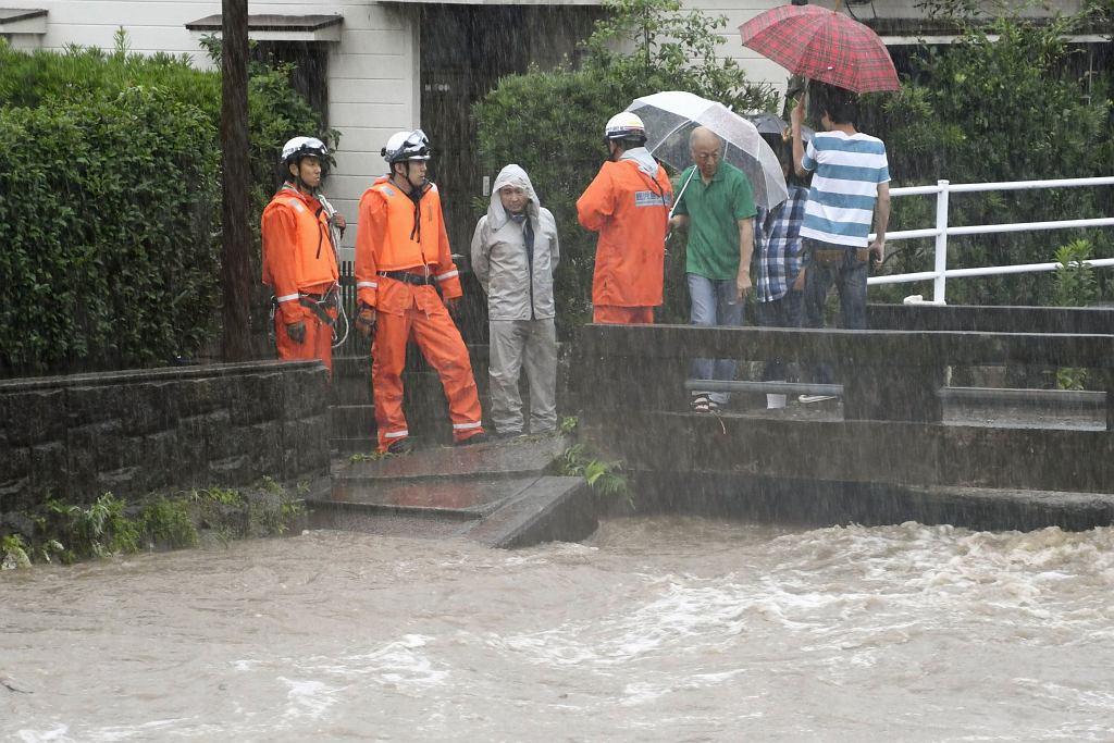 Wyspa w Japonii tonie w deszczu. Jedna osoba nie żyje, jedna jest zaginiona