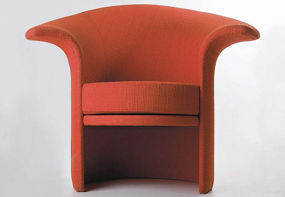 Kultowy fotel Tulipan z czerwoną tapicerką, który zaprojektowała Teresa Kruszewska. Jego produkcję wznowiła marka Fameg.