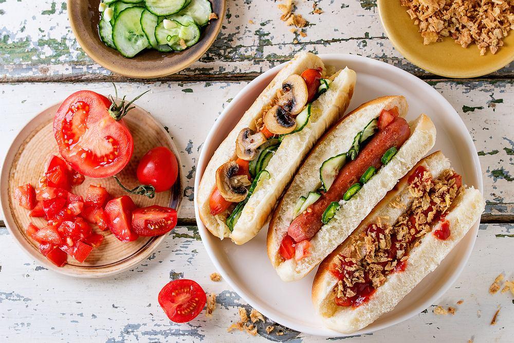 Domowe hot dogi z warzywami to pyszny pomysł na obiad lub kolację