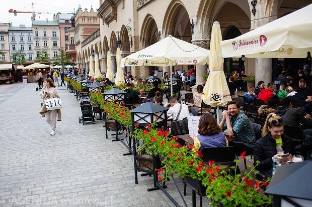 Zdjęcie numer 0 w galerii - Maseczki zdjęte, ogródki zapełnione. Tak wyglądał Kraków pierwszego dnia po poluzowaniu obostrzeń