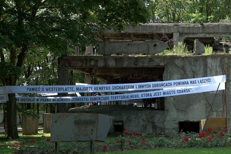 Pracownicy Muzeum Gdańska zawiesili transparenty na ruinach Westerplatte