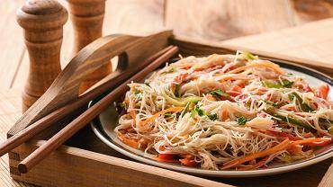 Sałatka z makaronu ryżowego jest świetną propozycją na imprezę.