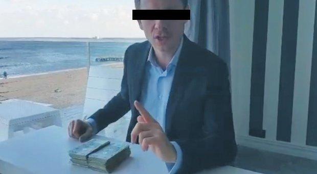 Po pierwszych, listopadowych, publikacjach 'Wyborczej' na temat sopockiej seksafery Marcin T. nagrał na tarasie Zatoki Sztuki film, w którym zaoferował 50 tys. zł w zamian za znalezienie haków na autorów dziennikarzy