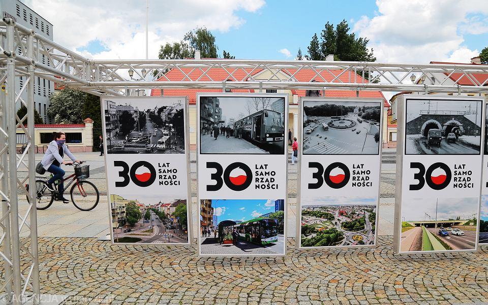 Wystawa plenerowa z okazji 30-lecia samorządów ilustrująca, jak się zmieniał Białystok w ciągu 30 lat .