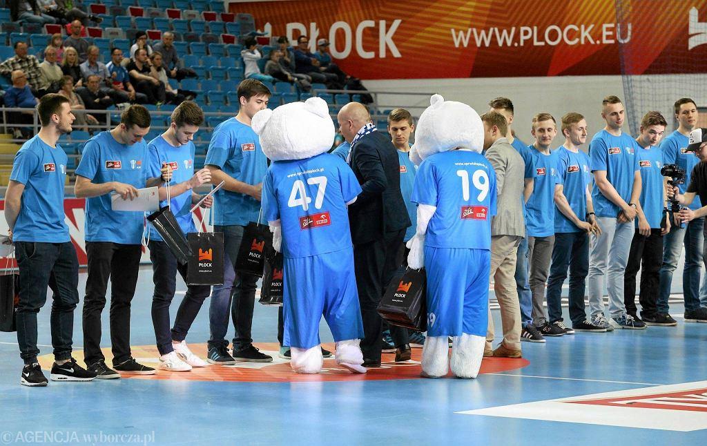 W przerwie meczu młodzi nafciarze otrzymali upominki od miasta i Orlenu za zdobycie mistrzostwa Polski juniorów