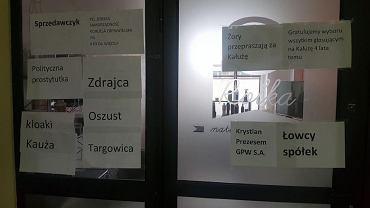 Żory, kartki na biurze Wojciecha Kałuży