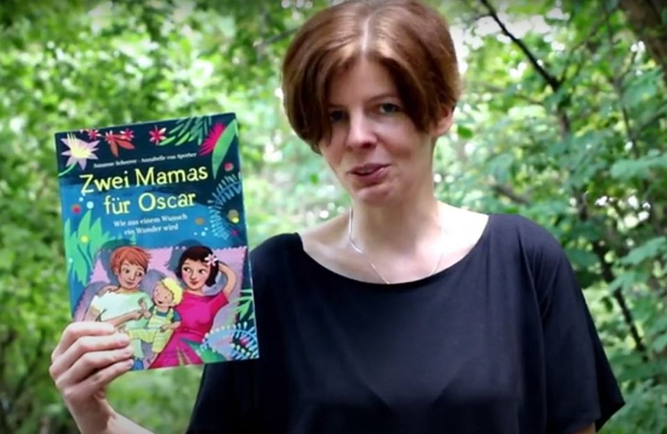 Anna Maria Toczyska z książką 'Zwei Mamas für Oscar'