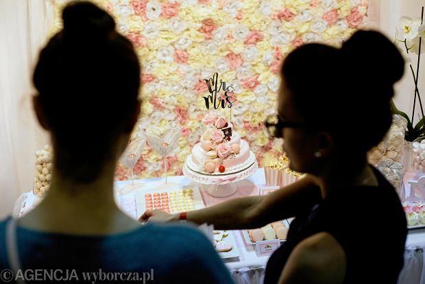 Zdjęcie numer 19 w galerii - Wizażyści, cukiernicy, pokazy mody i konkursy. Pierwszy dzień targów ślubnych Ona & On [ZDJĘCIA]
