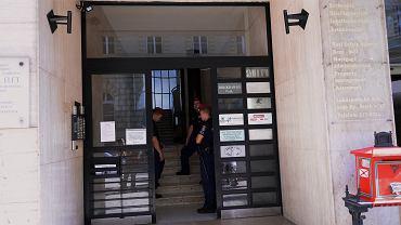 8.09.2014, Budapeszt, policja w siedzibie organizacji Okotars.