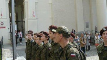 Młodzież w mundurach podczas uroczystości 3 maja