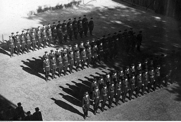 Szkoła policji polskiej (granatowej) w Nowym Sączu. Widoczni stojący na placu w dwuszeregach policjanci, październik 1941 r.